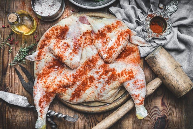 烹调鸡Tabaka的准备在土气厨房用桌背景的与工具和成份,顶视图 传统Georgi 库存照片