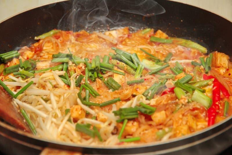 烹调,普遍的泰国油煎的面条电话垫Tai 免版税库存照片