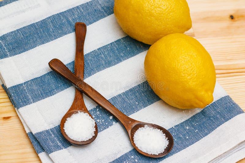 烹调 在木匙子的柠檬酸 免版税库存照片