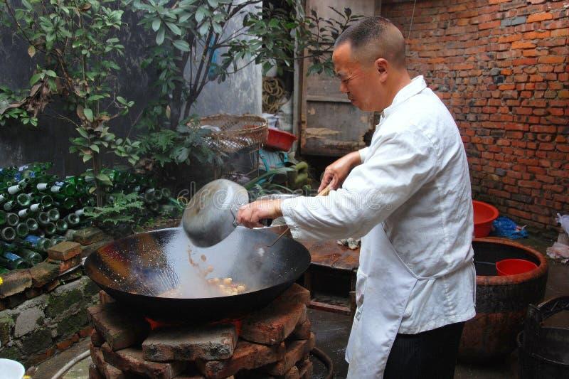 烹调feng长的铁锅的主厨瓷 免版税库存照片