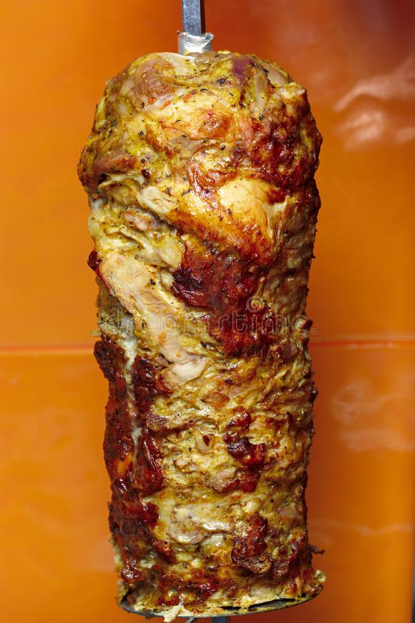 烹调shawarma的肉 准备的中东盘 免版税库存图片