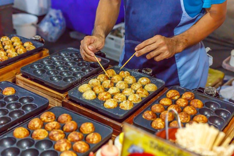 烹调takoyaki 免版税库存照片