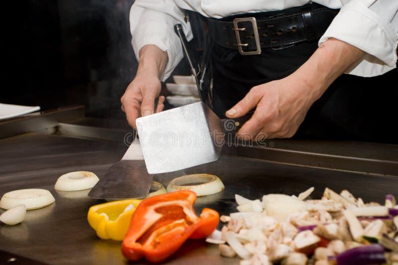 烹调teppanyaki的主厨 免版税库存照片