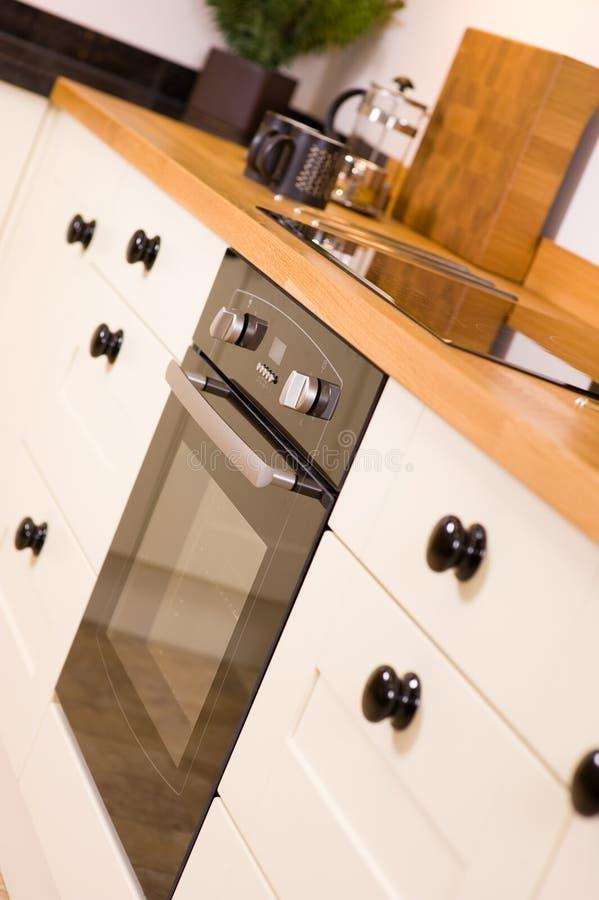 烹饪器材设计员现代滚刀的厨房 免版税库存照片