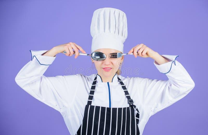 烹饪学校的专业厨师 厨房艺术学院 烹饪学校概念 妇女专业厨师举行 库存图片
