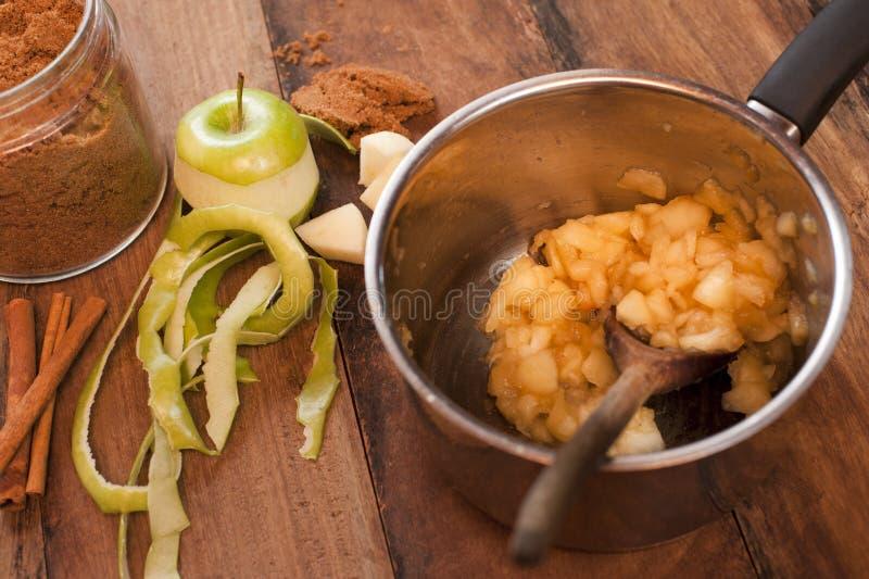 烹饪苹果调味汁 免版税库存照片