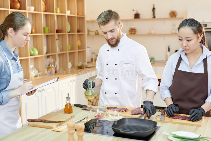 烹饪课在餐馆厨房里 库存图片
