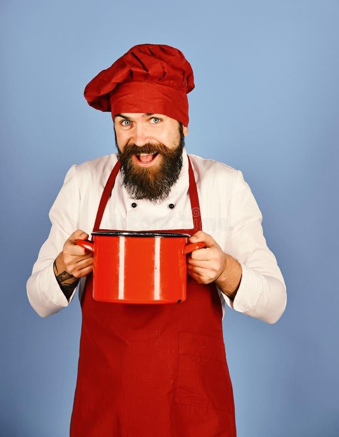 烹饪过程概念 有红色砂锅或平底深锅的厨师 库存照片