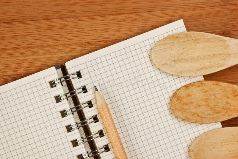 烹饪食谱的笔记本在厨房 免版税图库摄影