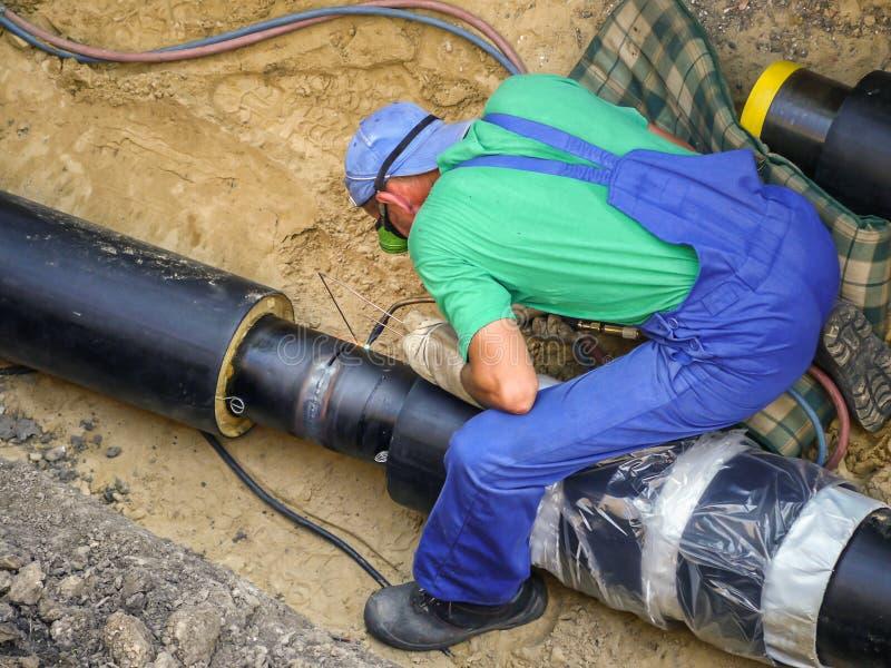 焊工加入的加热的设施管子 免版税库存图片