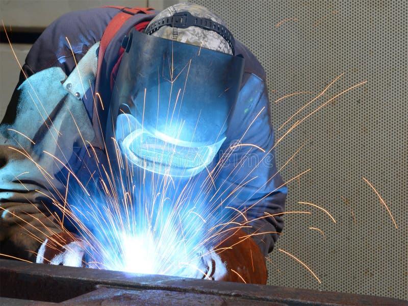 焊工在一家工业公司-钢comp的生产中运转 库存图片