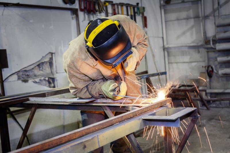 焊工在工作 库存照片