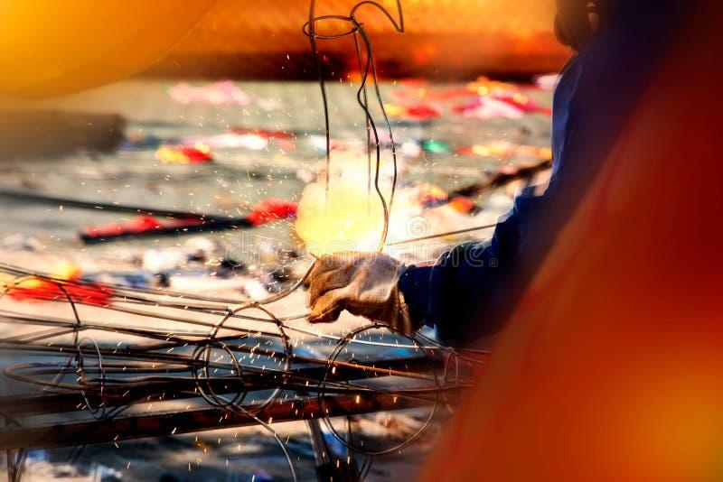 焊工工作者是在制造的钢制焊接工业 图库摄影