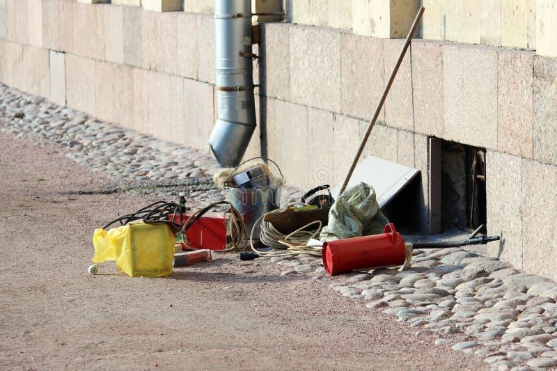 焊工工具在地面上说谎在准备好Gatchina的宫殿附近工作 免版税库存图片
