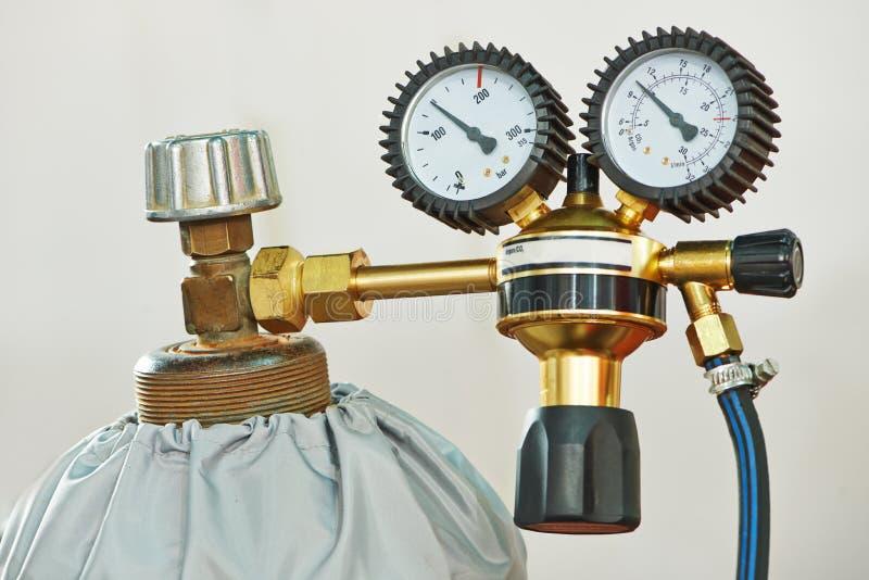 焊接乙炔与测量仪的集气筒坦克 免版税库存图片