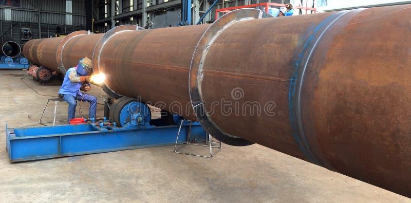 焊接人焊接油和煤气近海产业大管子运转 免版税库存照片