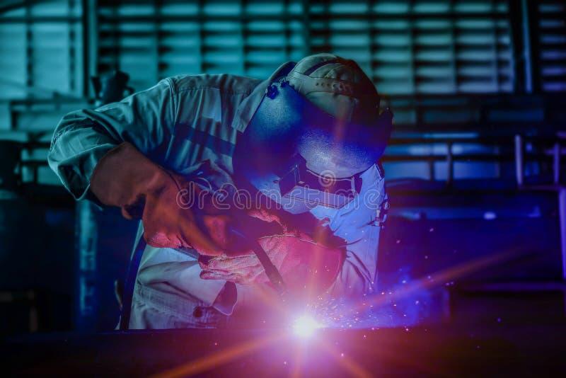 焊接在工厂特写镜头的产业工作者 免版税库存图片