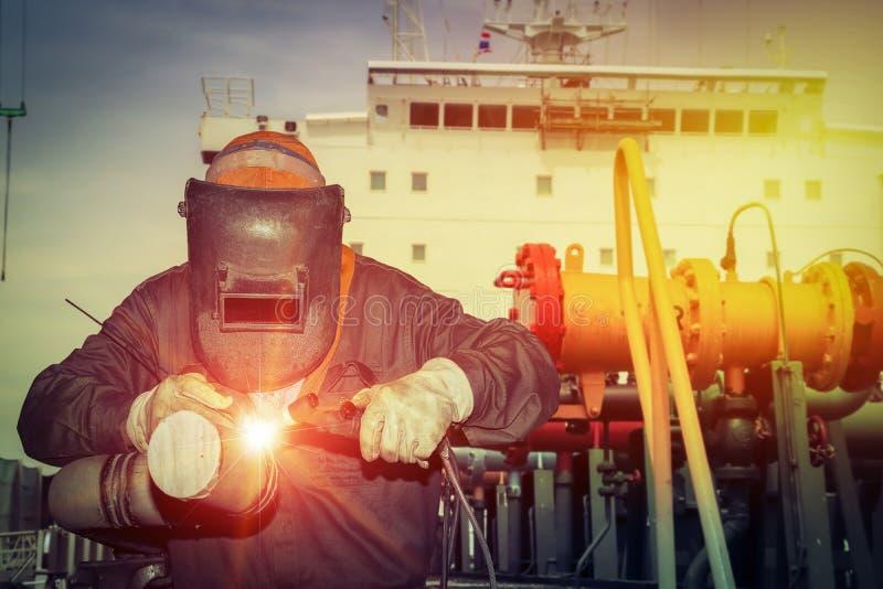 焊接在工厂的产业工人,在造船厂 免版税库存照片
