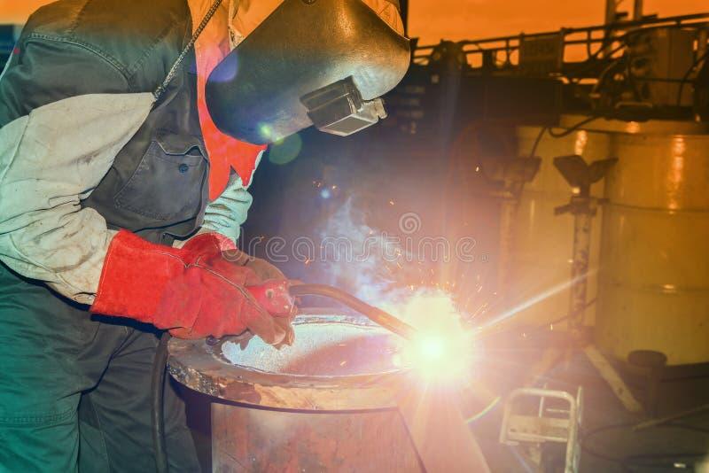 焊接在工厂的产业工人 免版税库存图片