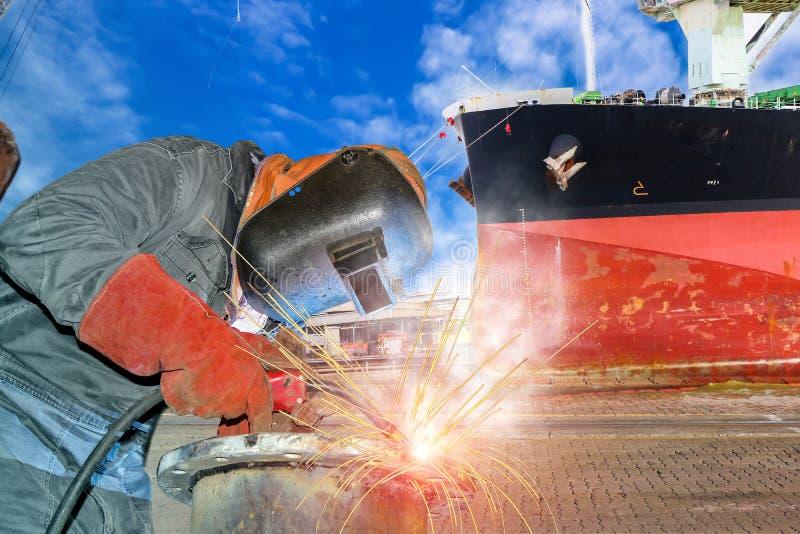 焊接在工厂的产业工人 库存图片