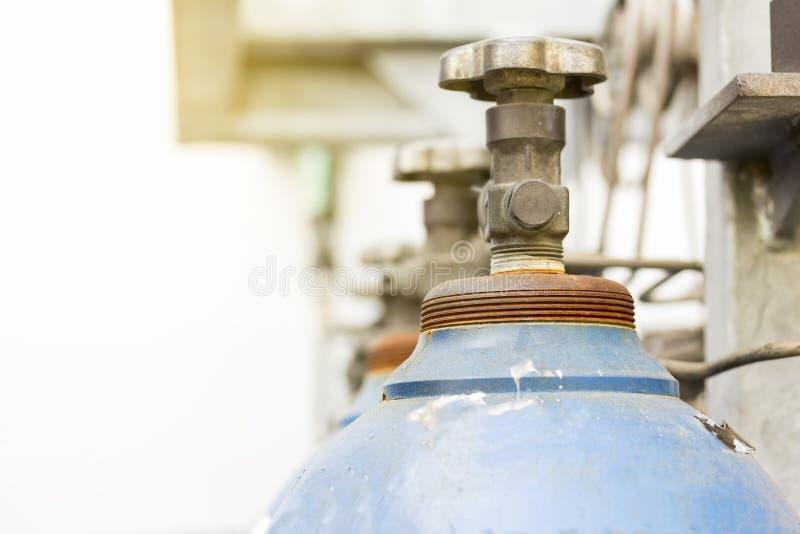 焊接在旁边工厂的产业的氧气和氩气体钢储存箱 库存图片