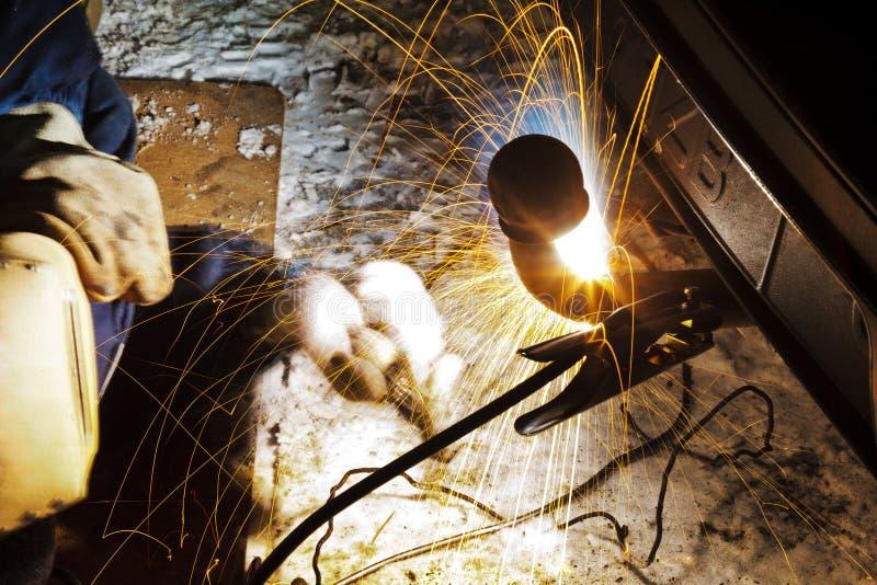焊接在雪原的汽车套筒螺母在晚上 图库摄影