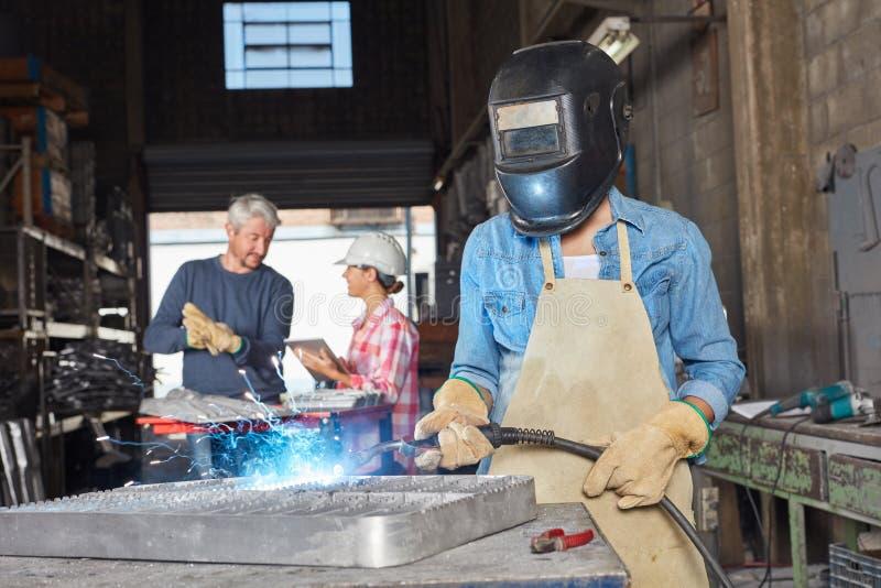 焊接工作者或蓝领工人在车间 免版税库存照片