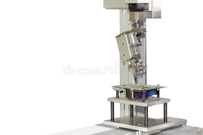 焊接或焊接为汇编印刷品电路板PCB的自动化机器人系统重点隔绝在白色背景 免版税库存照片