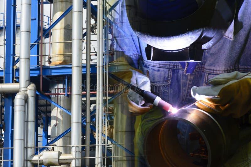 焊接操作员和工业管道 图库摄影