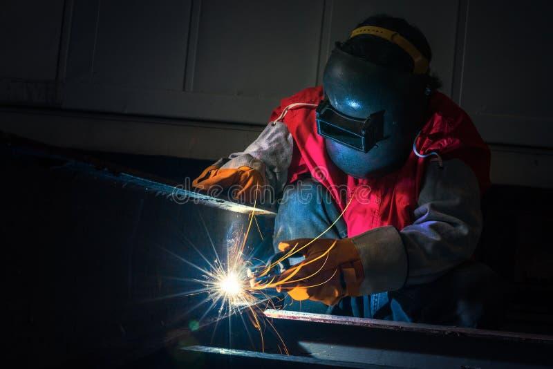 焊接由工作者在工厂,泰国 免版税库存照片