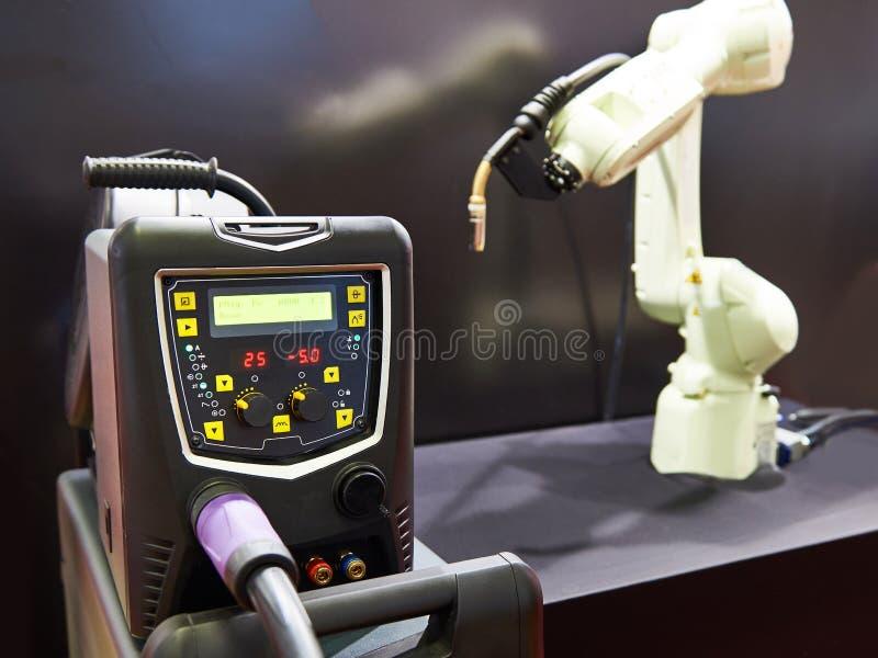 焊接的变换器和机器人操作器 免版税库存照片