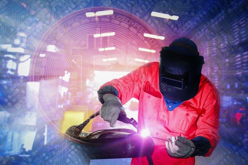 焊接的工作者在bitcoin企业概念背景的工厂 皇族释放例证