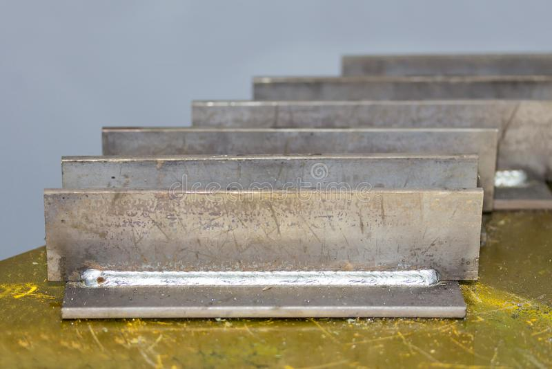焊接的缝类型显示发球区域联接的关闭钢金属片在桌上 库存照片