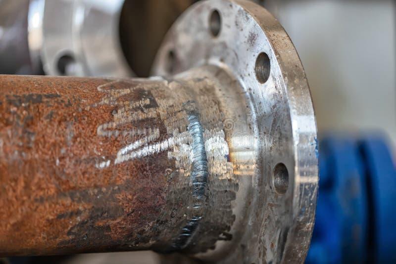 焊接耳轮缘焊接到管子 免版税库存照片
