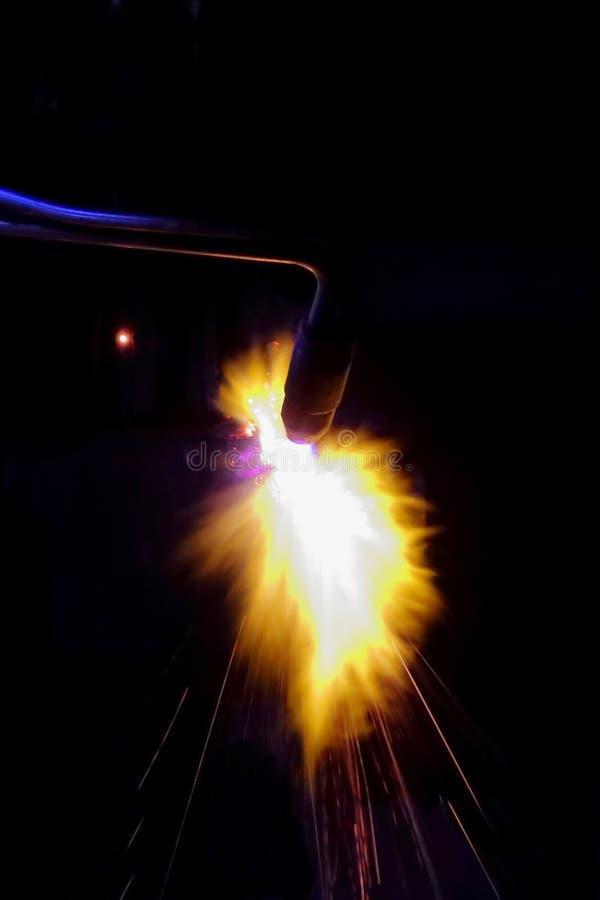 焊接零件,工作者加热气体火炬,特写镜头的细节 免版税库存图片