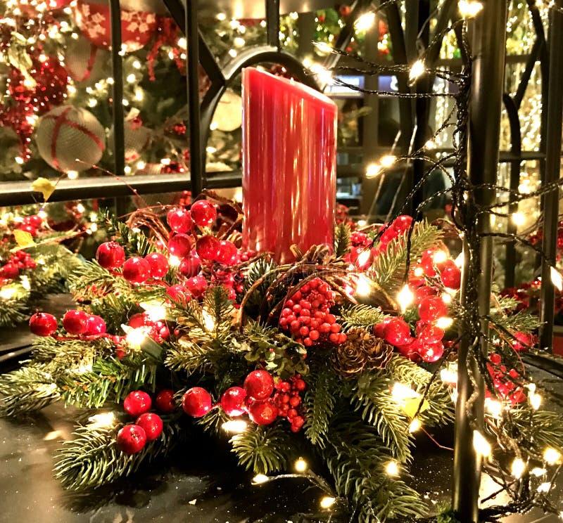焦点、圣诞节假日、红色蜡烛和蔓越桔 库存照片
