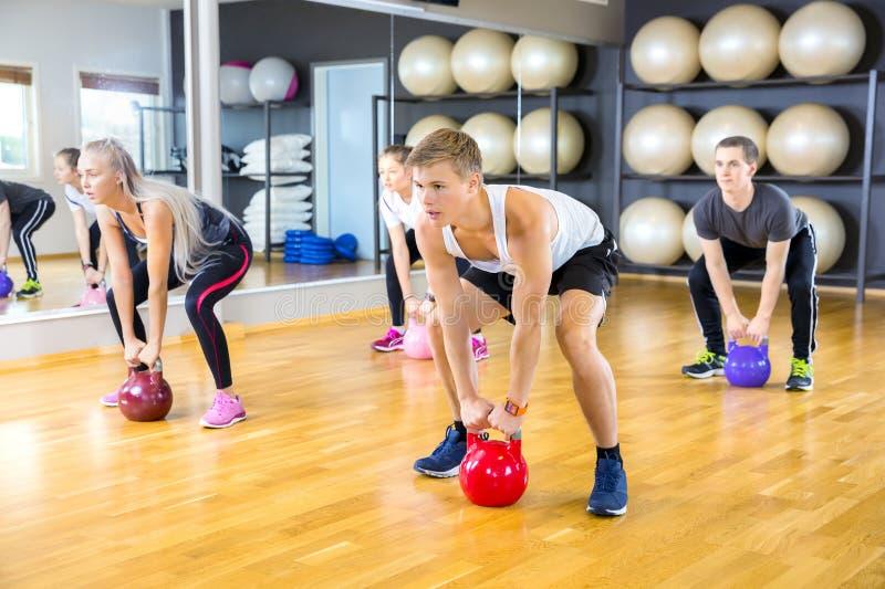 焦点群训练与kettlebells在健身健身房 免版税库存图片