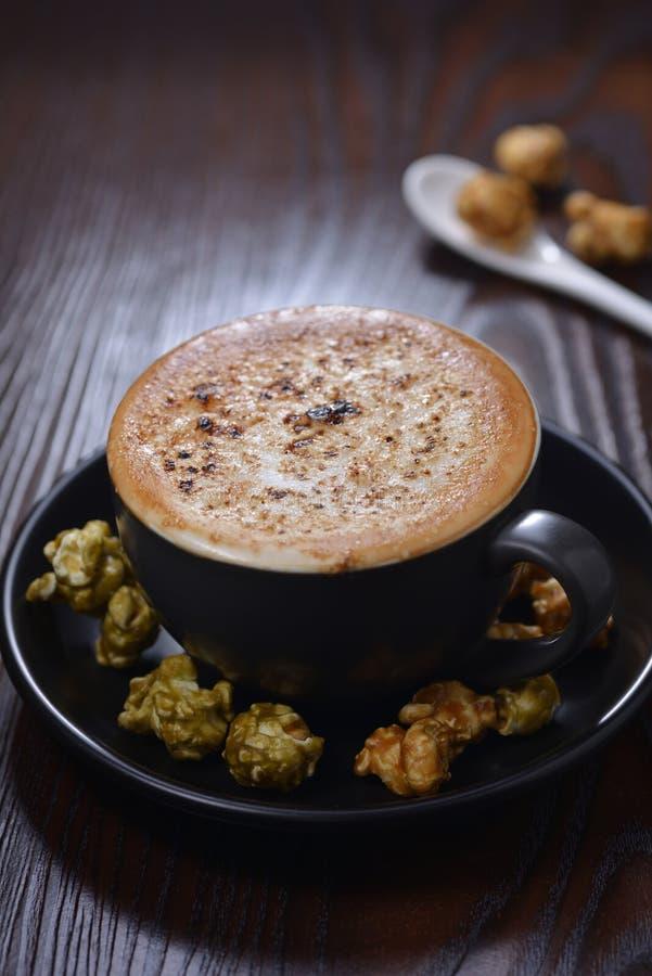 焦糖奶油子弹拿铁咖啡玉米花 免版税库存图片