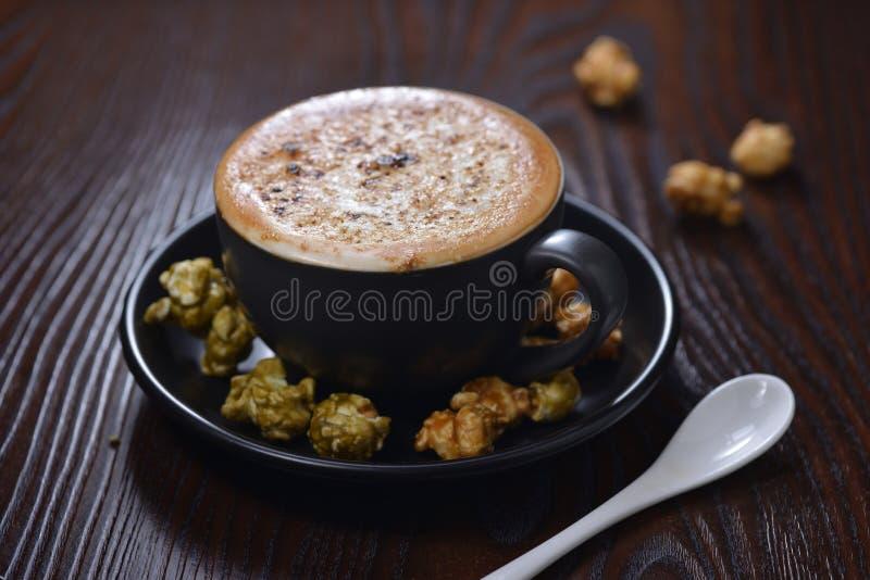 焦糖奶油子弹拿铁咖啡玉米花 图库摄影