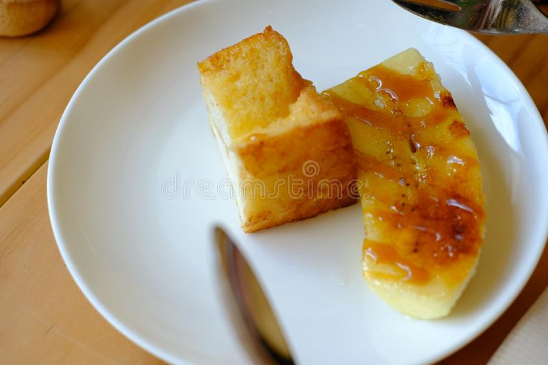 焦糖香蕉用酥脆黄油面包 免版税图库摄影