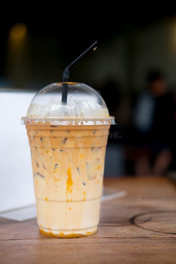 焦糖macchiato冰了与秸杆的咖啡 免版税库存图片