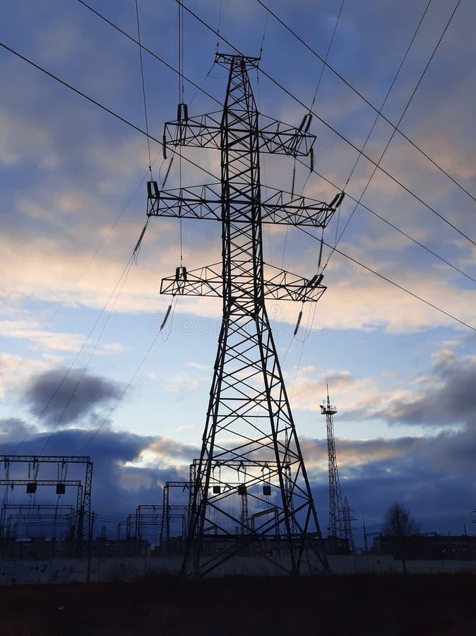 焦虑阴云笼罩的城郊金属传输塔 高压塔 库存照片