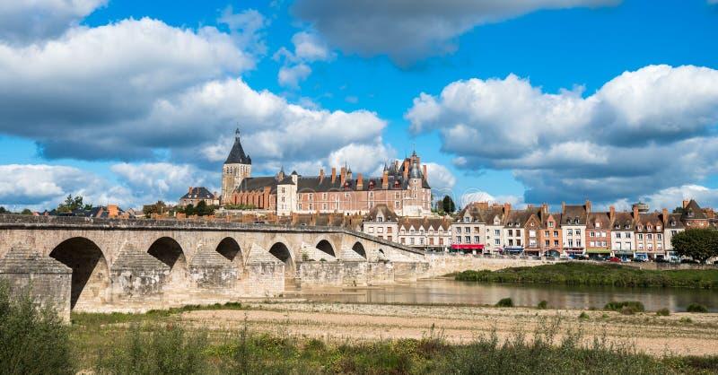 然镇看法有城堡和老桥梁的横跨卢瓦尔河 免版税库存照片