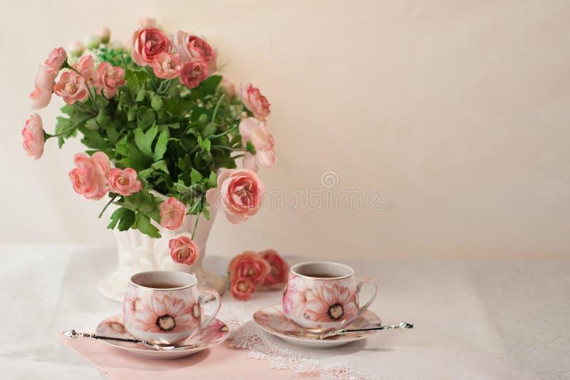 仍然1寿命 与花和茶的早餐 免版税库存图片