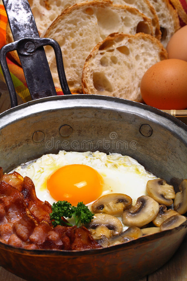 煎的烟肉鸡蛋 免版税库存图片
