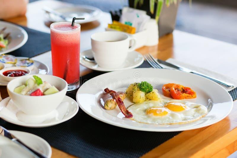 煎蛋、水果沙拉和新鲜的西瓜汁 免版税库存图片