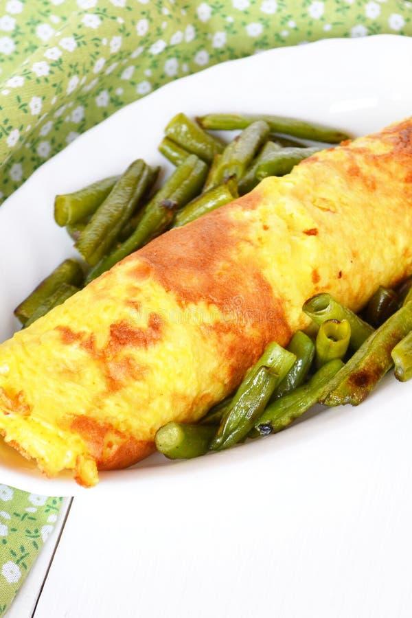 煎蛋卷劳斯用在板材的乳酪,油煎的青豆 免版税图库摄影