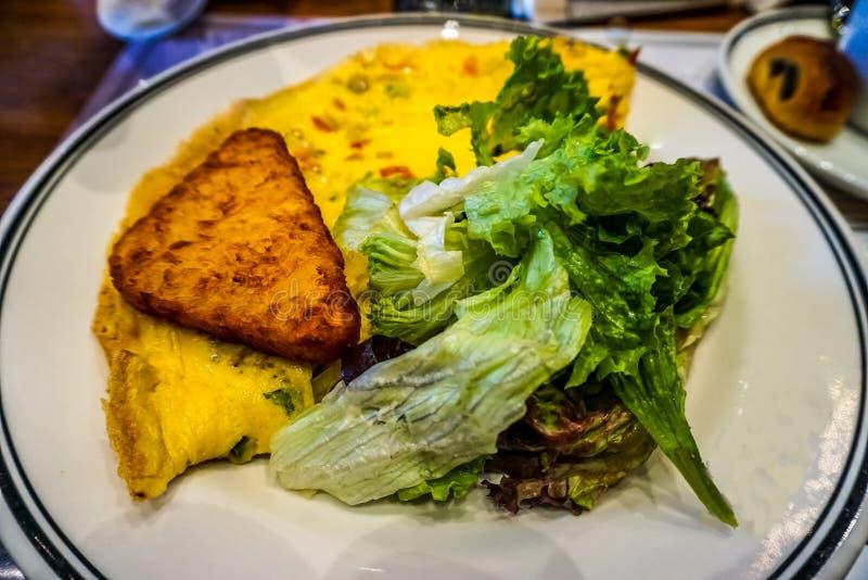 煎蛋卷土豆早餐 免版税库存照片