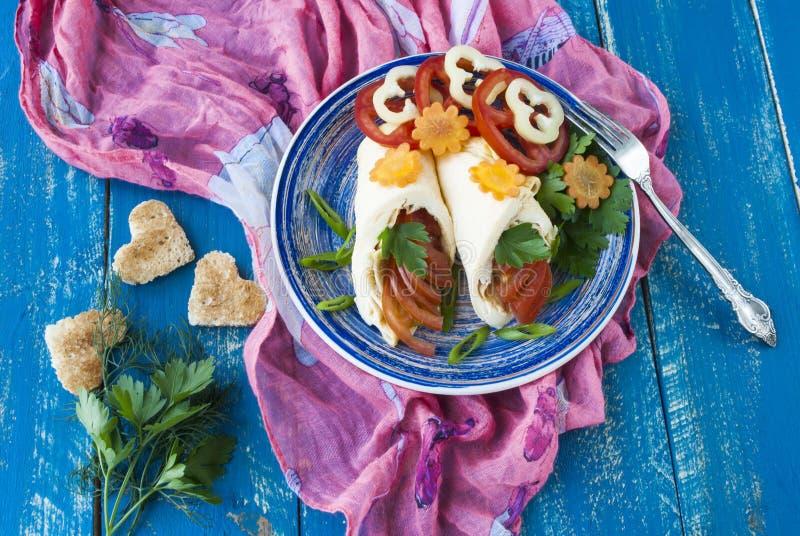煎蛋卷用新鲜的蕃茄和胡椒、多士和新鲜的草本 免版税库存照片