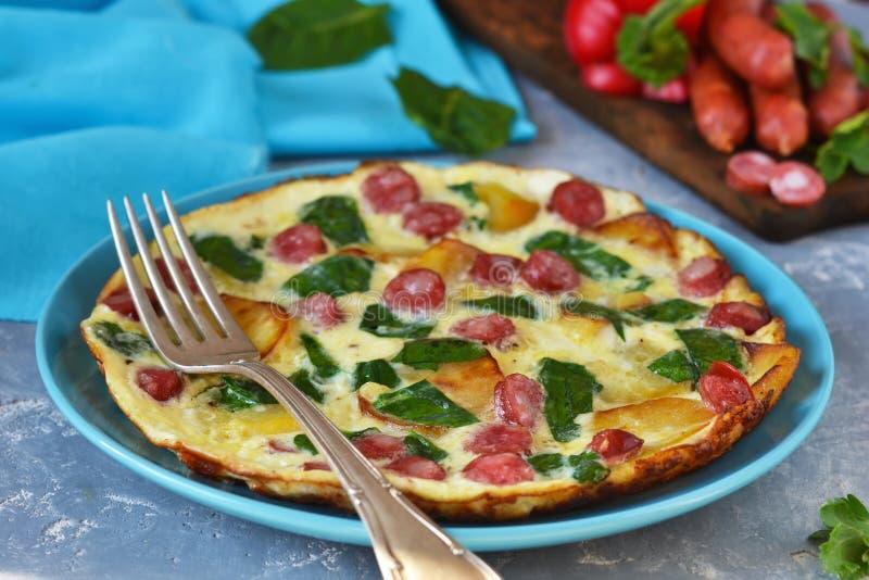 煎蛋卷用菠菜、乳酪和巴法力亚香肠 库存照片